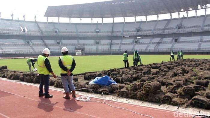 Renovasi Stadion Gelora Bung Tomo (GBT) untuk Piala Dunia U-20 tahun 2021 terus dikebut. Saat ini masuk tahap penggantian rumput stadion.