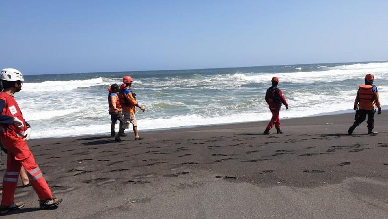 Tim SAR gabungan melakukan operasi pencarian lima wisatawan yang terseret ombak di Pantai Goa Cemara, Bantul, Jumat (7/8/2020).