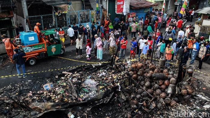 Kebakaran hebat melanda Pasar Timbul Barat, Tomang, Jakarta Barat, Jumat (7/8/2020). Usai api padam, lokasi kebakaran ini jadi tontonan warga.