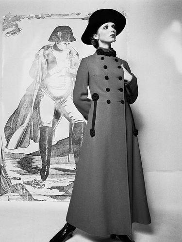 Model memakai mantel rancangan Yves Saint Laurent yang terinspirasi dari Wallis Simpson, pada 21 Agustus 1969.