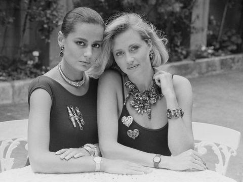 Dua model mengenakan kalung, gelang dan bros rancangan Yves Saint Laurent, koleksinya dari 13 Juli 1984.