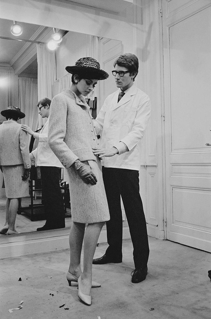 Yves Saint-Laurent mendandani model di butiknya, Paris, Prancis, pada 7 April 1965.