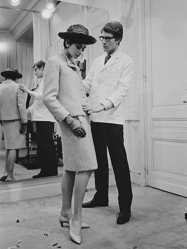 Yves Saint-Laurent mendandani model di butiknya, Paris, Prancis, pada 7 April 1965.