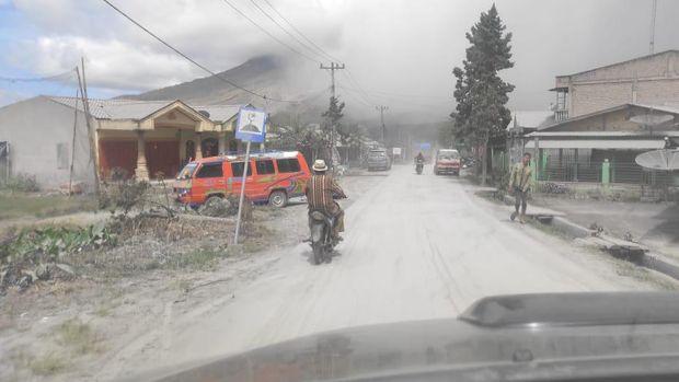 Abu vulkanik erupsi Gunung Sinabung tutupi rumah dan jalan di 5 kecamatan.