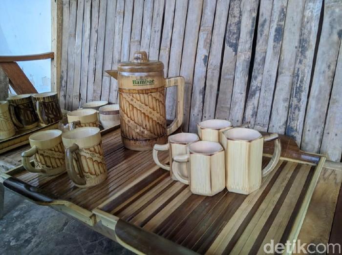Era menuju new normal digunakan Karang Taruna Sasana Bina Bangsa, Desa Mojorejo, Kecamatan Jetis untuk membuat karya. Mereka membuat satu paket yang terdiri dari teko, cangkir serta nampan berbahan dasar bambu wulung.