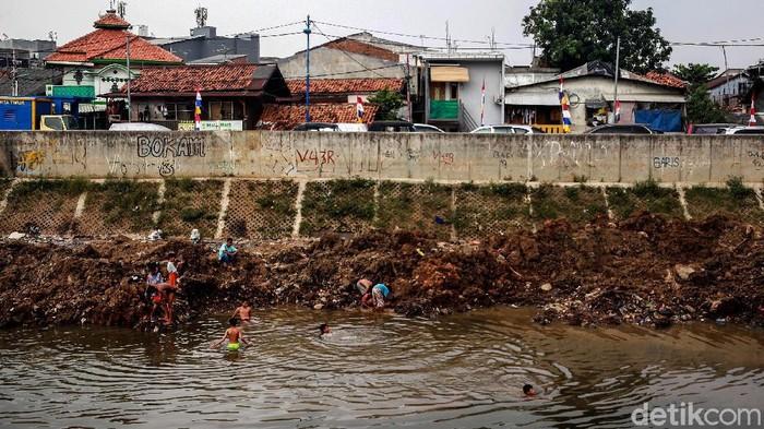 Penyusutan debit air Sungai Ciliwung tersebut karena memasuki masa kemarau 2020 yang menurut BMKG akan mencapai puncaknya pada Agustus.