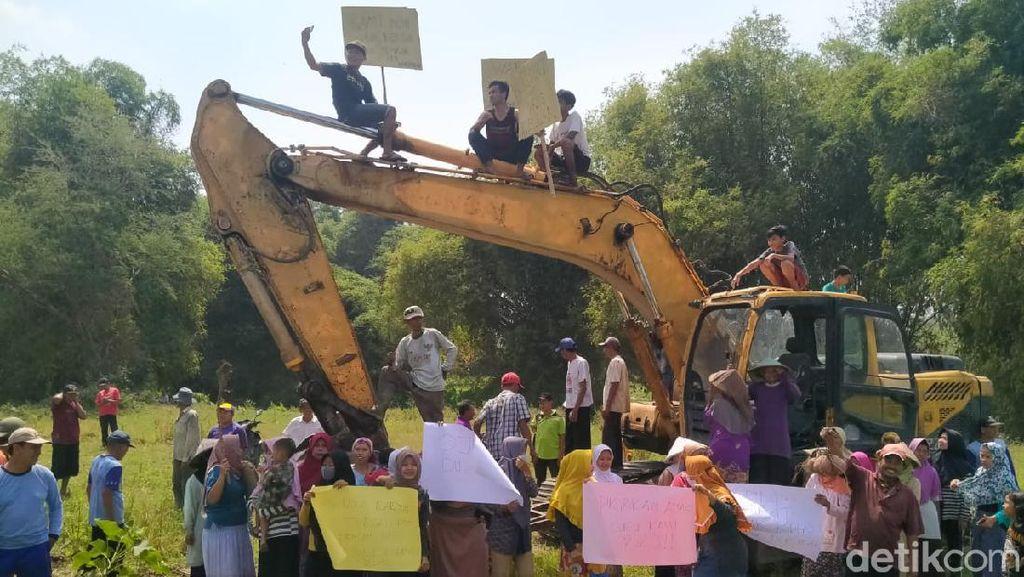 Demo Tolak Tambang Galian C di Jombang, Warga Duduki Alat Berat