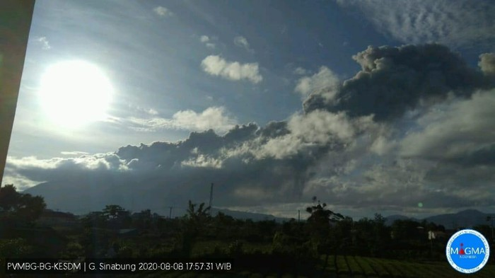 Erupsi Gunung Sinabung pada Sabtu (8/8/2020) pukul 17.18 WIB.