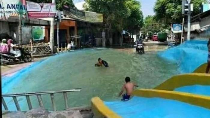 Foto jalan rusak di Rembang ini diedit menjadi sawah hingga kolam renang.