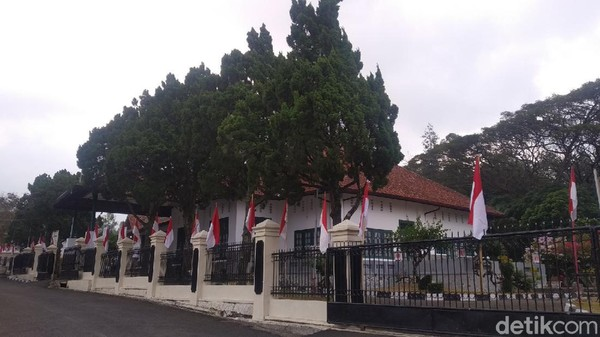 Menjelang hari kemerdekaan, tak terlihat ribuan bendera merah putih yang berkibar seperti tahun lalu. Hanya ada beberapa bendera yang terpasang. (Bima Bagaskara/detikcom)