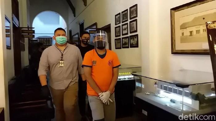 Polisi menghadirkan Gilang Aprilian Nugraha Pratama, predator fetish pocong yang viral. Tersangka dihadirkan dalam jumpa pers di Mapolrestabes Surabaya usai ditangkap di Kalimantan.