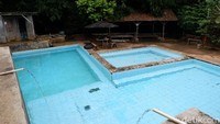 Wisatawan akan menemukan kolam renang yang asri tanpa kaporit. Air yang digunakan berasal dari bambu dan tanah Gunung Manglayang. (Siti Fatimah/detikcom)