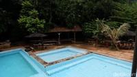 Terdapat tiga pilihan kolam renang. Pertama untuk dewasa, dengan kedalaman dua meter, lalu kedua dengan 80 cm dan terakhir kolam anak dengan kedalaman 30 cm. (Siti Fatimah/detikcom)