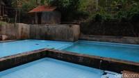 Pada tahun pertama dan kedua, pihak kolam renang tidak memungut biaya. Tapi ketika melewati beberapa tahun, akirnya diberlakukan biaya untuk tiket masuk. (Siti Fatimah/detikcom)