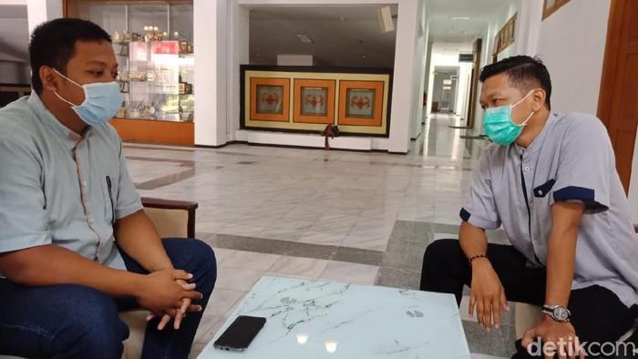 Ibu melahirkan sendiri tanpa bantuan tenaga medis di Rumah Sakit Pelengkap Medical Center (RS PMC), Jombang hingga bayinya meninggal. Kelalaian pihak rumah sakit dinilai menjadi penyebab meninggalnya bayi perempuan tersebut, sehingga terdapat unsur pidana dalam kasus ini.