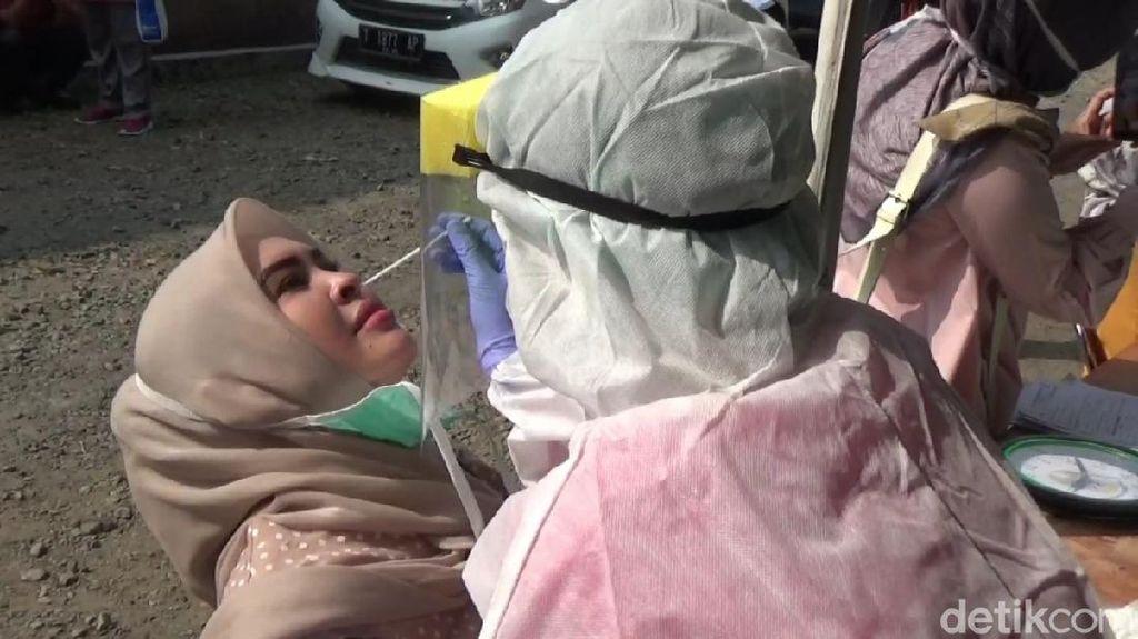 Petugas Test SWAB 70 Anggota Keluarga Pasien Positif Covid di Purwakarta
