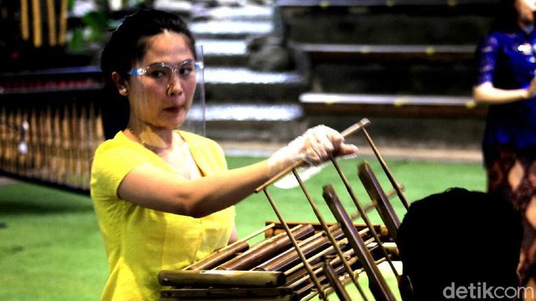 Pertunjukkan kesenian di Saung Angklung Udjo (SAU) kembali bergeliat. Semuanya diekspresikan melalui saluran digital.