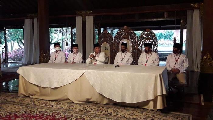 Ketum Gerindra Prabowo Subianto ditemani Sekjen Ahmad Muzani dan beberapa petinggi partai menyampaikan keterangan kepada media.