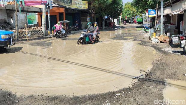 Kondisi jalan rusak di Rembang yang fotonya diedit netizen, Sabtu (8/8/2020).