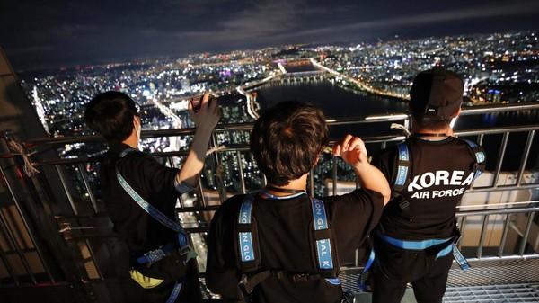Atap menara Lotte World dibuka untuk orang-orang yang lelah di musim panas dan pandemi COVID-19.