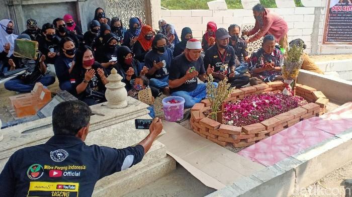 Menjelang 100 hari meninggalnya Didi Kempot, makam di Ngawi ramai oleh peziarah. Mayoritas peziarah merupakan Sobat Ambyar dan Kempoter atau penggemar Didi Kempot.