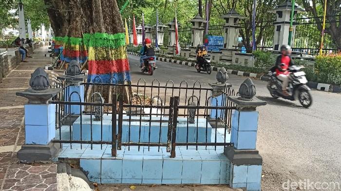 Makam yang berada di area trotoar depan kantor Bupati Demak, Selasa (4/8/2020).