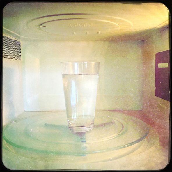 Memanaskan air dengan teko dan microwave