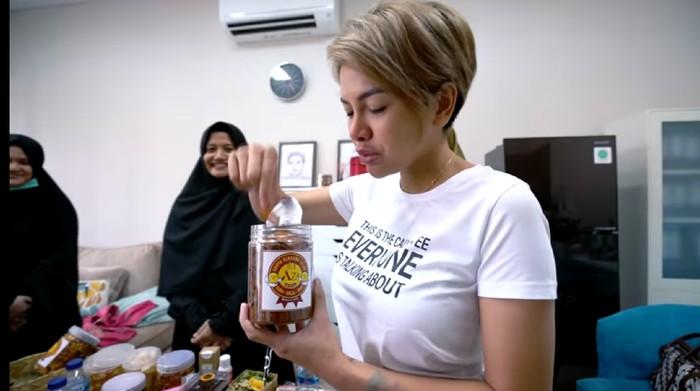 Nikita Mirzani endorse produk umkm