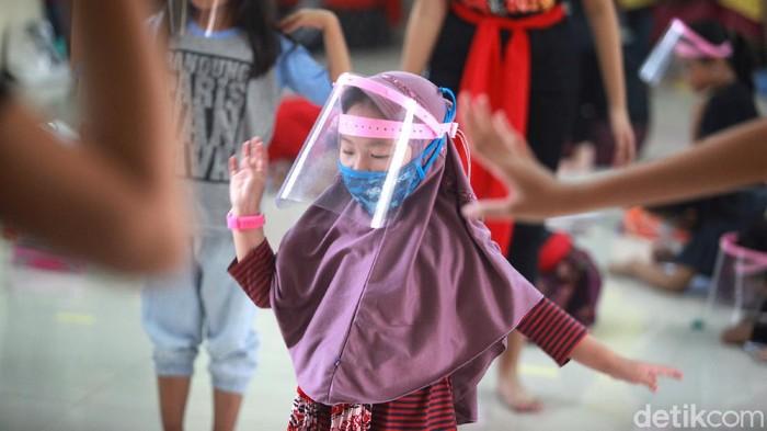 Pandemi Corona tak membuat mimpi sejumlah anak-anak memudar. Lewat tari, anak-anak di Sanggar Bina Manggala tetap bersemangat berlatih.