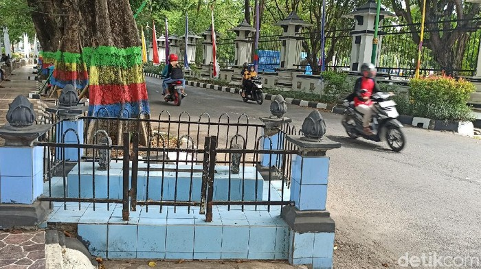 Sebuah nisan di pinggir jalan depan kantor Bupati Demak, Jawa Tengah dipercaya sebagai makam Kiai Singkil.