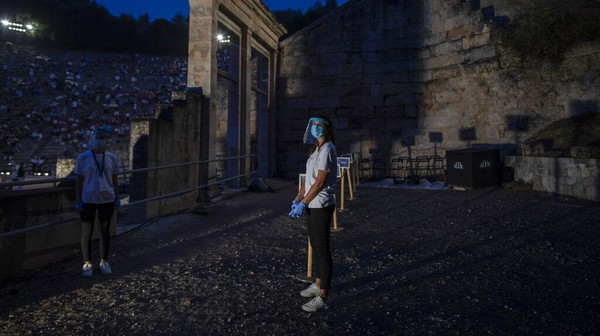 Kementerian Kebudayaan Yunani mengizinkan teater kuno Epidaurus di Yunani dan Herodes Atticus di Athena untuk menyelenggarakan pertunjukan di bawah pedoman keamanan yang ketat karena pandemi COVID-19.