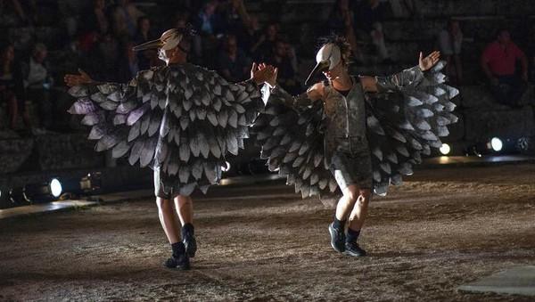 Aktor dan aktris Teater Yunani mengenakan topeng saat melakukan pertunjukan di teater kuno Epidaurus.