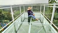 Pengunjung juga dilarag mengenakan alas kaki serta lari atau melompat di atas jembatan. Selain itum wajib untuk mengikuti instruksi dari pengeloola. (Dadang Hermansyah/detikcom)