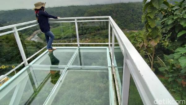 Sebuah teras berukuran sekitar 6 meter dan lebar 3 meter didirikan di atas jurang yang cukup tinggi. (Dadang Hermansyah/detikcom)