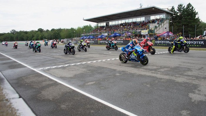BRNO, CZECH REPUBLIC - AUGUST 04: The MotoGP riders start from grid during the MotoGP race during the MotoGp of Czech Republic - Race at Brno Circuit on August 04, 2019 in Brno, Czech Republic. (Photo by Mirco Lazzari gp/Getty Images)