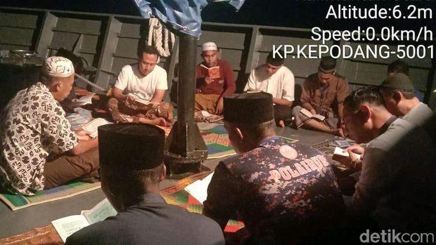 Awak kapal berdoa bersama untuk keselamatan 3 polisi yang hlang di laut Kaltara