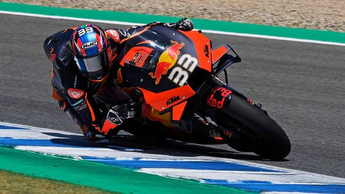 JEREZ DE LA FRONTERA, SPAIN - JULY 25: Brad Binder of Germany and Red Bull KTM Factory Racing  rounds the bend during the MotoGP of Andalucia - Qualifying at Circuito de Jerez on July 25, 2020 in Jerez de la Frontera, Spain. (Photo by Mirco Lazzari gp/Getty Images)