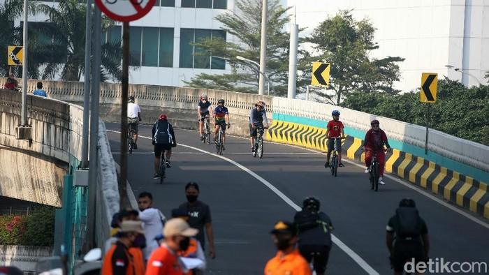 Car Free Day (CFD) berlangsung di Jalan Layang Non-Tol (JLNT) Pangeran Antasari, Jakarta, Minggu(09/08/2020). Pengunjung CFD didominasi oleh para pesepeda.