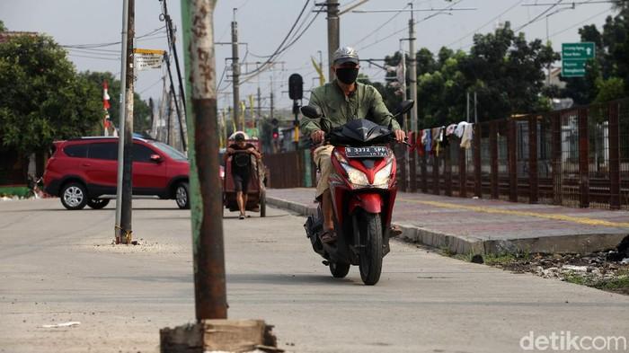 Sejumlah tiang berdiri di tengah  Jalan Kemuning Raya, Pasar Minggu, Jakarta. Jalan ini jadi alternatif pengendara yang menuju Pasar Minggu.