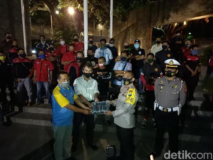 Gerakan Jatim Bermasker di Kota Kediri menggandeng komunitas otomotif. Mereka diajak membagikan masker ke pengguna jalan.