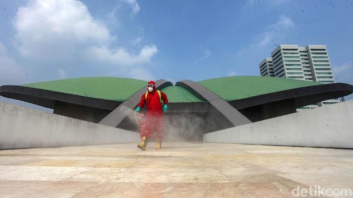 Gedung DPR/MPR, Jakarta, disemprot disinfektan, Minggu (9/8/2020). Penyemprotan dilakukan dalam rangka persiapan pidato kenegaraan Presiden RI.