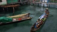 Potret Pedagang Keliling Pakai Perahu