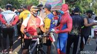 Potret Spiderman Bagikan Masker Lawan COVID-19 di Sidoarjo