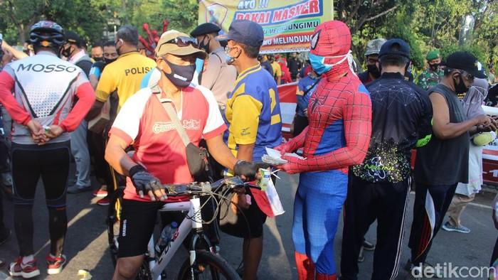 Cara unik dilakukan Forkopimda Sidoarjo dalam kampanye penerapan protokol kesehatan. Ada dua Spiderman berkeliaran membagikan ribuan masker ke masyarakat.