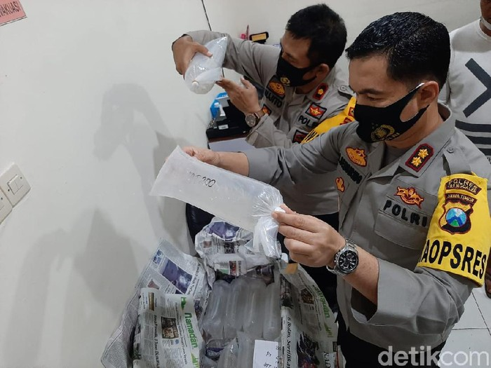 Polisi Trenggalek menggagalkan upaya penyelundupan 41.786 benur atau benih lobster yang hendak dikirim ke Pacitan. Pengiriman benur menggunakan MPV tersebut tanpa dilengkapi surat-surat yang sah.