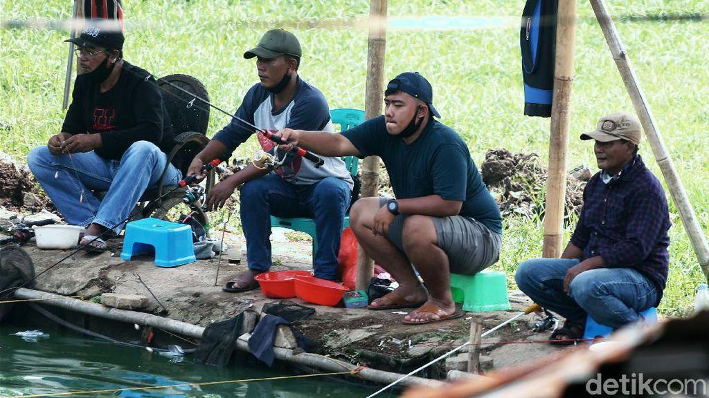 Potret Para Pemancing Abaikan Protokol Kesehatan