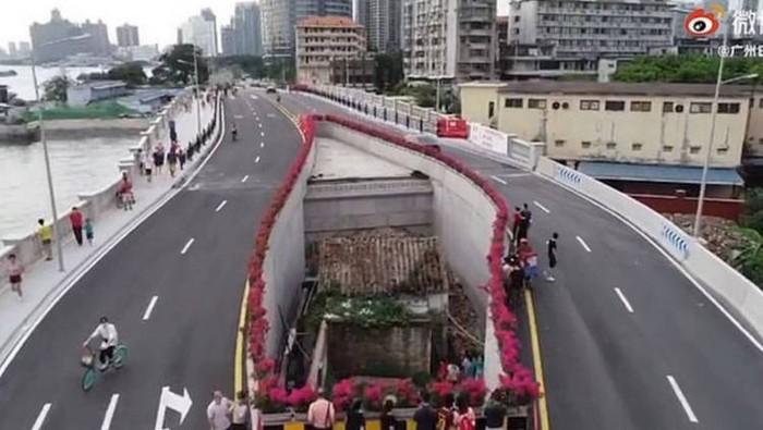 Penampakan Rumah di Tengah Jalan Raya.