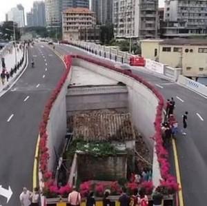 Viral Penampakan Rumah di Tengah Jalan Raya, Netizen Tuding Pemiliknya Egois