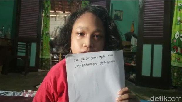 Vea (11), bocah disabilitas menulis pesan ingin sekolah kepada Gubernur Jateng Ganjar Pranowo, Sabtu (8/8/2020).