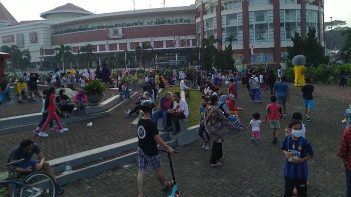 warga mendatangi Mal Cijantung meski cfd ditiadakan karena jadi zona merah Minggu (9/8).